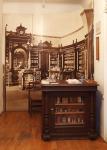1. kép A Mátyás király gyógyszertár 1906-ban készült fényképe és a hartai patika kis táraasztala